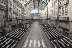 La rue reconstituée dans l'enceinte du Grand Palais pour le défilé Chanel