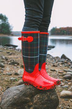 botas de agua mujer lluvia - Rodilla o Media pierna / Caucho / Zapatos para muje.: Zapatos y complementos Red Rain Boots, Rubber Rain Boots, Sock Shoes, Shoe Boots, Shoe Bag, Tartan Kilt, Plaid, Burberry, Boyfriend Sweater