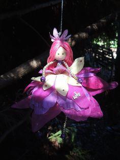 Beaucoup dattention aux détails et le temps va dans la réalisation de cette fée.  Cette poupée adorable fée mesure environ 8 po (20cm) de