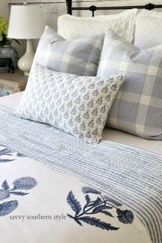 Savvy Southern Style : Summer Styled Guest Bedroom - love the bedding & color scheme Stylish Bedroom, Cozy Bedroom, Modern Bedroom, Master Bedroom, Bedroom Decor, Bedroom Plants, Savvy Southern Style, Bedroom Vintage, Guest Bedrooms