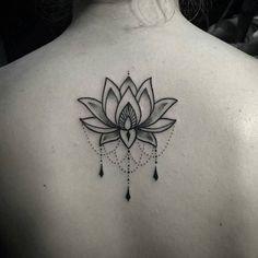 Tatouage dos lotus ornemental dotwork