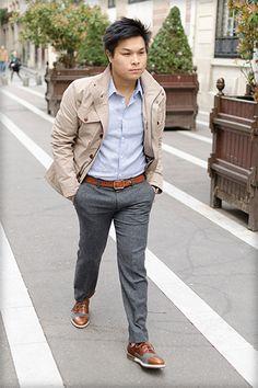 Long, membre de l'équipe BonneGueule, nous apporte un mélange de de pièces travaillées tel que la saharienne avec des pièces plus simples comme un pantalon et une chemise. Les couleurs allant du gris au bleu ciel en passant par le beige sont faciles à associer. On notera la ceinture marron en rappel avec les chaussures de style derby.