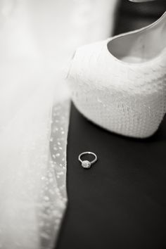 black & white photo // photo noir & blanc ; white  wedding shoes// chaussure blanche de mariage ; skiss ; wedding ring // bague de mariage ; diamond ring // bague à diamant ;  http://www.skiss.fr/