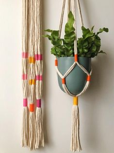 Best Pic Minimalist plant hanger macrame colour block Strategies When there is small place for the placement of flowerpots, hanging flowerpots really are a good Alte Macrame Art, Macrame Design, Macrame Projects, Etsy Macrame, Macrame Plant Hanger Patterns, Macrame Patterns, Rope Crafts, Diy Home Crafts, Art Macramé