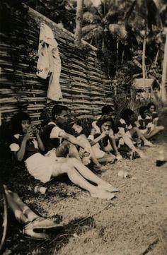 Vermoedelijk voetballers aan het eten te Bandoeng. 1940