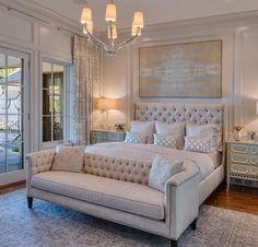 Super Chic e inmensamente elegante con su blanco impoluto que da al dormitorio amplitud y muchisima luz..... Esplendida decoración