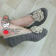 PATİK DÜNYASI & HANDMADE SOCKS (@emelhobievi) | Instagram photos and videos Crochet Slipper Boots, Crochet Slipper Pattern, Crochet Shoes, Crochet Slippers, Crochet Clothes, Crochet Gifts, Crochet Baby, Knit Crochet, Crochet Designs