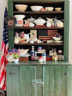 Vintage Vignettes, Vintage Decor, Americana Kitchen, Vintage Lunch Boxes, Kitchen Views, Farm Cottage, Old Bottles, Vintage Farm, Old Kitchen