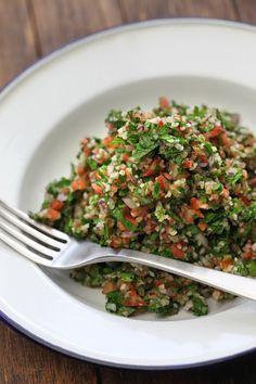 Tabouleh (ook tabbouleh oftabouligenoemd)is voor het Midden-Oosten wat rucolasalade voor de Italianen is. Je hebt er…