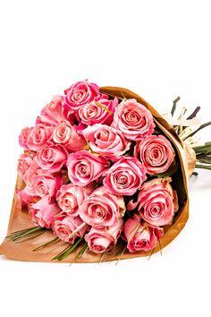 """Buchetul """"Sweet Pink"""" a fost creat pentru a răspândi dragoste și bunătate oriunde ar fi trimis. Rozul este o culoare feminină asociată cu afecțiunea, calmul și grija pentru cei dragi. Comandă acest buchet cu trandafiri roz ambalat în hârtie biodegradabilă și fii alături de o persoană dragă în cel mai frumos mod!"""