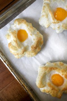 Baked egg clouds: the perfect egg recipe for weekend brunch. The best and most adorable egg recipe out there. Doce Light, Comida Keto, Perfect Eggs, Baked Eggs, Quiche, Breakfast Recipes, Food And Drink, Cooking Recipes, Stuffed Peppers