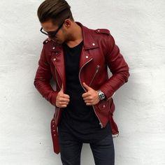 Acheter la tenue sur Lookastic: https://lookastic.fr/mode-homme/tenues/veste-motard-rouge-t-shirt-a-col-rond-noir-jean-skinny-bleu-marine/20101 — T-shirt à col rond noir — Montre argenté — Jean skinny bleu marine — Veste motard en cuir rouge