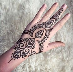 Henna tattoos While traditional mehndi is synonymous with Indian weddings, many modern Indian brides have started opting for contempo. Small Henna Tattoos, Henna Ink, Henna Tattoo Designs Simple, Henna Hand Designs, Henna Tattoo Hand, Beautiful Henna Designs, Mehndi Designs, Hand Tattoos, Tribal Henna Designs