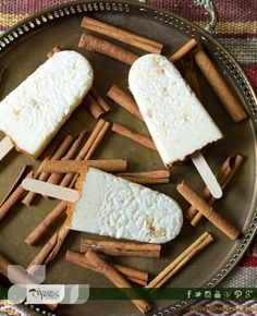 Consiente a los pequeños de la casa, qué tal si les haces unas paletas de arroz caseras.