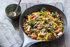 Pestrobarevná večeře plná zeleniny nadchne nejen vegany. Díky bleskové a snadné přípravě si ho jistě zamilujete také. Japchae, Paleo, Ethnic Recipes, Food, Fitness, Essen, Beach Wrap, Meals, Yemek