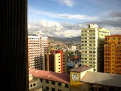 Ciudad de La Paz con los picos nevados del volcan Illimani al fondo