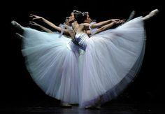 Danzatrici del Balletto Nazionale lettone durante una prova generale di 'Giselle' al Teatro de la Maestranza di Siviglia, Spagna.