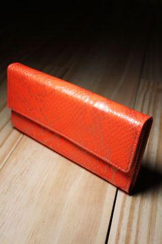 A Carteira Serpente Fluor é ideal para looks modernos com toque divertido.