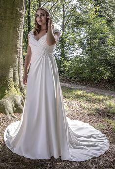 Trouwjurk voor bruid met grote maat. Soepelvallende bruidsjurk met V-décolleté, kanten schouderbandjes en mooie sleep.