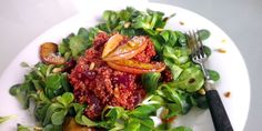 Rote-Beete Quinoa auf einem frischen Feldsalatbett mit karamellisierten Äpfeln und gerösteten Pinienkernen. Abgerundet mit einem leichten Dressing.