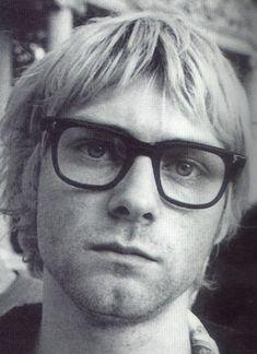 kurt cobain - Pelo corto mirada triste y lentes.