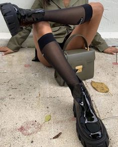 Discover recipes, home ideas, style inspiration and other ideas to try. Dr. Martens, Botas Dr Martens, Hunter Boots Outfit, Zara Sneakers, Doc Martens Outfit, Chloe Shoes, Platform Ankle Boots, Mode Streetwear, Prada Shoes