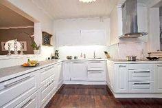 Perinteisempi sisustus vaaleassa keittiössä. #etuovisisustus #keittiö #gloriakeittiöt