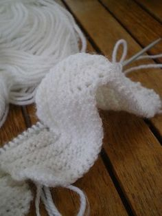 Tricot Layette – Chaussons pour bébé au point de godrons Fournitures : Aiguilles n°2,5 et 25g de laine Points utilisés : Jersey, Mousse et Point de godrons, formé de bourrelets : *3 rangs jer…