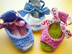 I wish I knew how to crochet...cute baby sandals!
