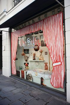 Window display, note the curtains...could be applied in various ways to any glass storefront. (Un escaparate con lo que te encuentras en la guía: craft, vintage, bakerys,...