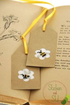Kreuzstich Lesezeichen Geschenkanhänger Bienen Wespen Hummeln / Bookmark Giftwrapping Tags Bees Bumblebees