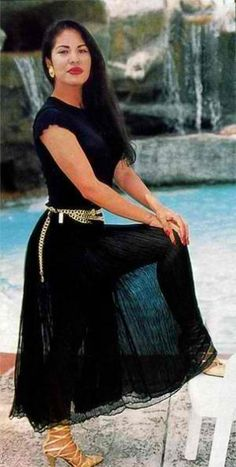 Selena Quintanilla was a fashion icon, plain and simple. Continue her legacy in these look-alike items, inspired by the tejano singer's fashion choices. Selena Quintanilla Perez, Selena Quintanilla Birthday, Selena Costume, Selena Pictures, Selena Pics, Selena Selena, Selena And Chris, Jackson, Celebrity Style