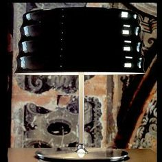 Chi. Penta. Lámpara de mesa con estructura en metal niquelado. Difusor exterior en vidrio soplado en color negro brillante. Diseñador: Máximo Belloni. http://www.lamparasoliva.com/outlet/chi-penta-light.html