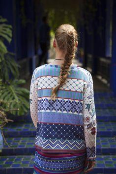 """Gudrun Sjödéns Sommerkollektion 2015 - Die """"Mosaik"""" Strickjacke aus Öko-Baumwolle zieht mit ihren graphischen Formen und opulenten Blüten alle Blicke auf sich."""