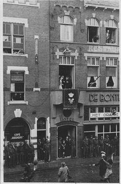 het eerste bezoek van HM Koningin Wilhelmina na afloop van WO II aan Nijmegen dat plaats vond op 9 Juni 1945 en zoals de foto's laten zien, werd HM Ontvangen in het Hotel DE BONTE OS. Voor deze gelegenheid werd de naam gewijzigd in HET ORANJE HUIS.