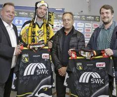 Pinguine-Fan Jörg Wächter (2.v.l.) bekommt von Pressesprecher Andre Schicks, KEV-Legende Karel Lang und WZ-Redakteur Steffen Hoss (v.l.) zwei Trikots geschenkt.