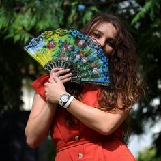 The happiness of dressing in colors when the sun's rays light up our September days ☀️🌷 And we even take out the fan! It's decided, we're extending our summer... don't you? ′′ Never Give Up ′′ Never Give Up, Hand Fan, Dressing, Summer, Color, Colour, Colors, Paint, Stay Strong