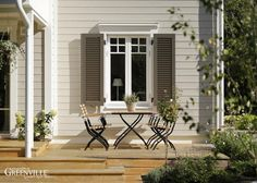 Fensterläden beeinflussen den Stil des Hauses. Hier New England Stil.