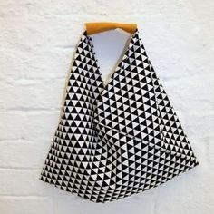 The origami bag: 30 minutes for beginners. Version made of 1 piece of fabric The post The origami bag: 30 minutes for beginners. Version made of 1 pie. Sewing Hacks, Sewing Tutorials, Sewing Projects, Sewing Patterns, Sewing Tips, Bags Sewing, Bento Bag, Origami Diy, Origami Folding