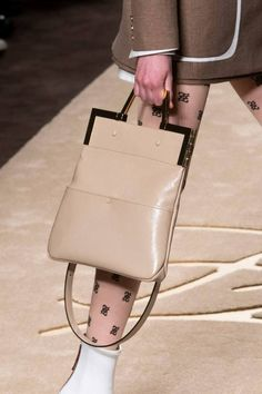 Fendi Herbst 2019 Modenschau Details – Purses And Handbags Diy Popular Handbags, Trendy Handbags, Cheap Handbags, Luxury Handbags, Fashion Handbags, Fashion Bags, Milan Fashion, Luxury Purses, Fall Fashion