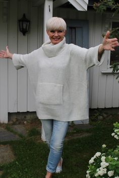 Nok en kald sommerkveld i Trøndelag, men hva gjør vel det når jeg krype inn i en stor, kul og varm strikkegenser. Denne nye genseren fr...