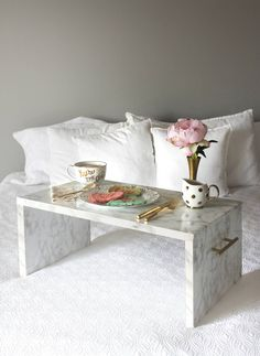 DIY Faux Marble Bed Tray - These DIY Faux Marble Decor tutorials are surprisingly easy and budget friendly. Whether you want to tackle a faux-finish or use marble contact paper, there are DIY ideas for every decorator Bed Tray Diy, Bed Tray Table, Diy Bed, Table Lamp, Easy Diy, Simple Diy, Vasos Vintage, Marble Bedding, Home Organization