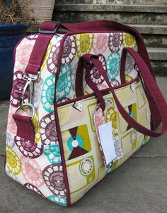 Weekender Bag finally done! Read about it Diy Bags Purses, Wallet Pattern, Bag Patterns To Sew, Quilted Bag, Fabric Bags, Sewing Accessories, Large Bags, Bag Making, Diaper Bag