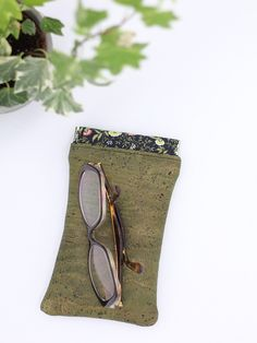 Etui à lunettes Mirettes cousu par Filaura'a-Couture - Tissu(s) utilisé(s) : Liège de luxe kaki et liberty Mina - Patron Sacôtin : Mirettes