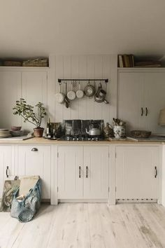 Kitchen Case Study: a British Standard kitchen in Kew - List of the best garden decor British Standard Kitchen, British Kitchen Design, Plain English Kitchen, Kitchen Designs, Cottage Shabby Chic, Tongue And Groove Panelling, House Ideas, British Standards, Elegant Kitchens