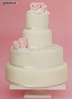 http://www.lemienozze.it/gallerie/torte-nuziali-foto/img27753.html Torta nuziale per il ricevimento bianca e con rose rosa