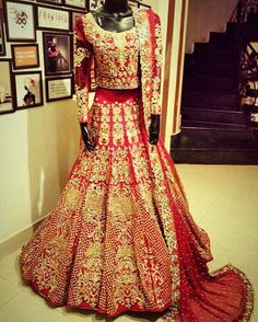 This classic gold and red bridal combo takes our breath away! ❤