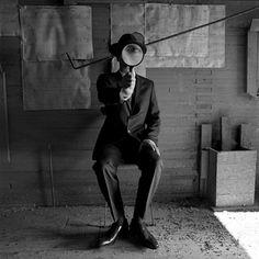 """'""""A poética fotográfica de Rodney Smith nos invade pela beleza singular, surrealismo em branco e preto, e pelo delírio e elegância de uma abstrata luz esculpindo um universo intrigante..."""""""