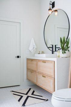 miroir-cercle-plante-verte-bois-et-blanc-laque-meuble-petit-tapis-décoration-salle-de-bain-style-industriel-idée-simple-et-beau-stylée-bains