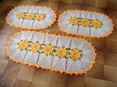 Jogo de tapetes de crochê composto por: <br>* 01 tapete retangular de 130 x 55 cm <br>* 02 tapetes retangulares de 90 x 55 cm <br> <br>Confeccionado com barbante cru e barbante multicolorido amarelo, laranja e verde. <br> <br>Pode ser feito sob encomenda nas cores de sua preferência, consulte mostruário de cores abaixo. <br> <br>ATENÇÃO: produto feito sob encomenda. <br>O prazo de produção é contado a partir da data informada nas Políticas da Loja/PRAZOS, consulte.